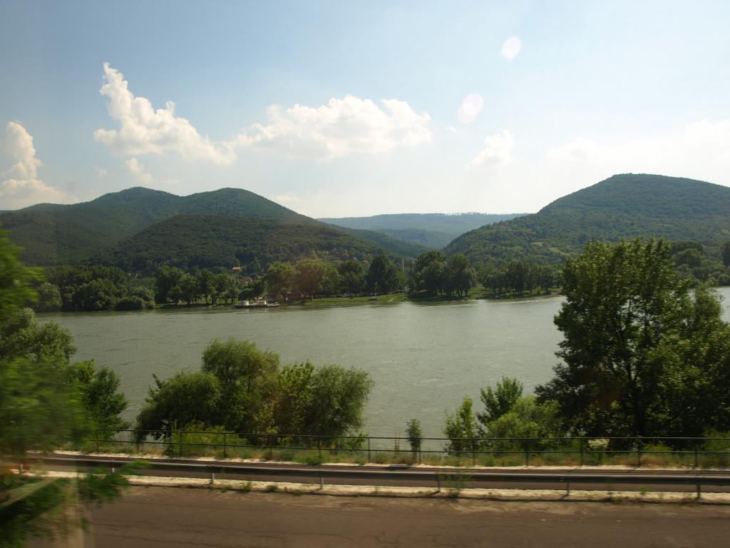 Od maďarských hranic pokračujeme směrem na Budapešť podél toku Dunaje.