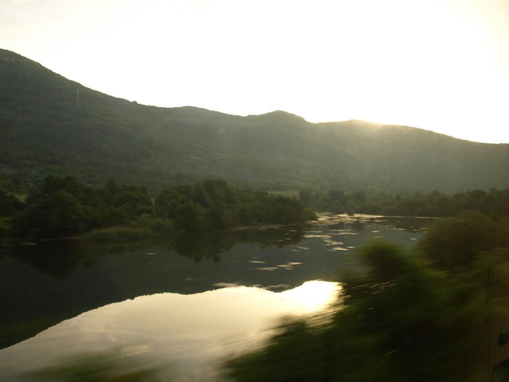 Večery i brzká rána dokáží za okny vlaku vykouzlit úžasné výhledy.