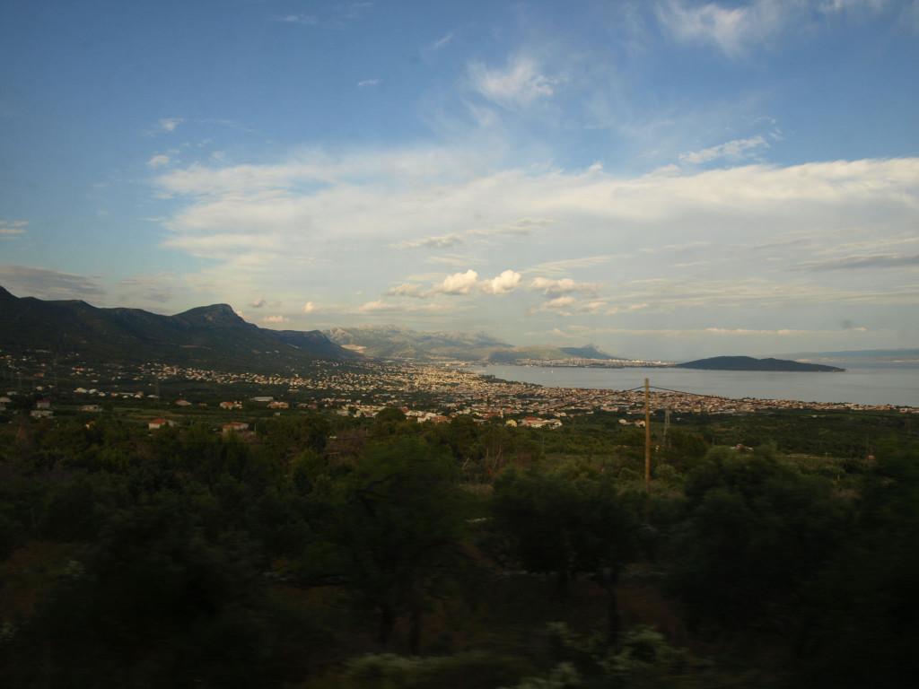 Sjíždíme k Jadranu. Vzadu již je vidět Split zajatý mezi mořem a strmým horským úbočím.