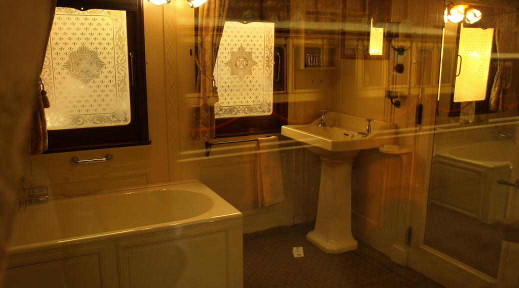 Ve vlaku je toaleta i koš