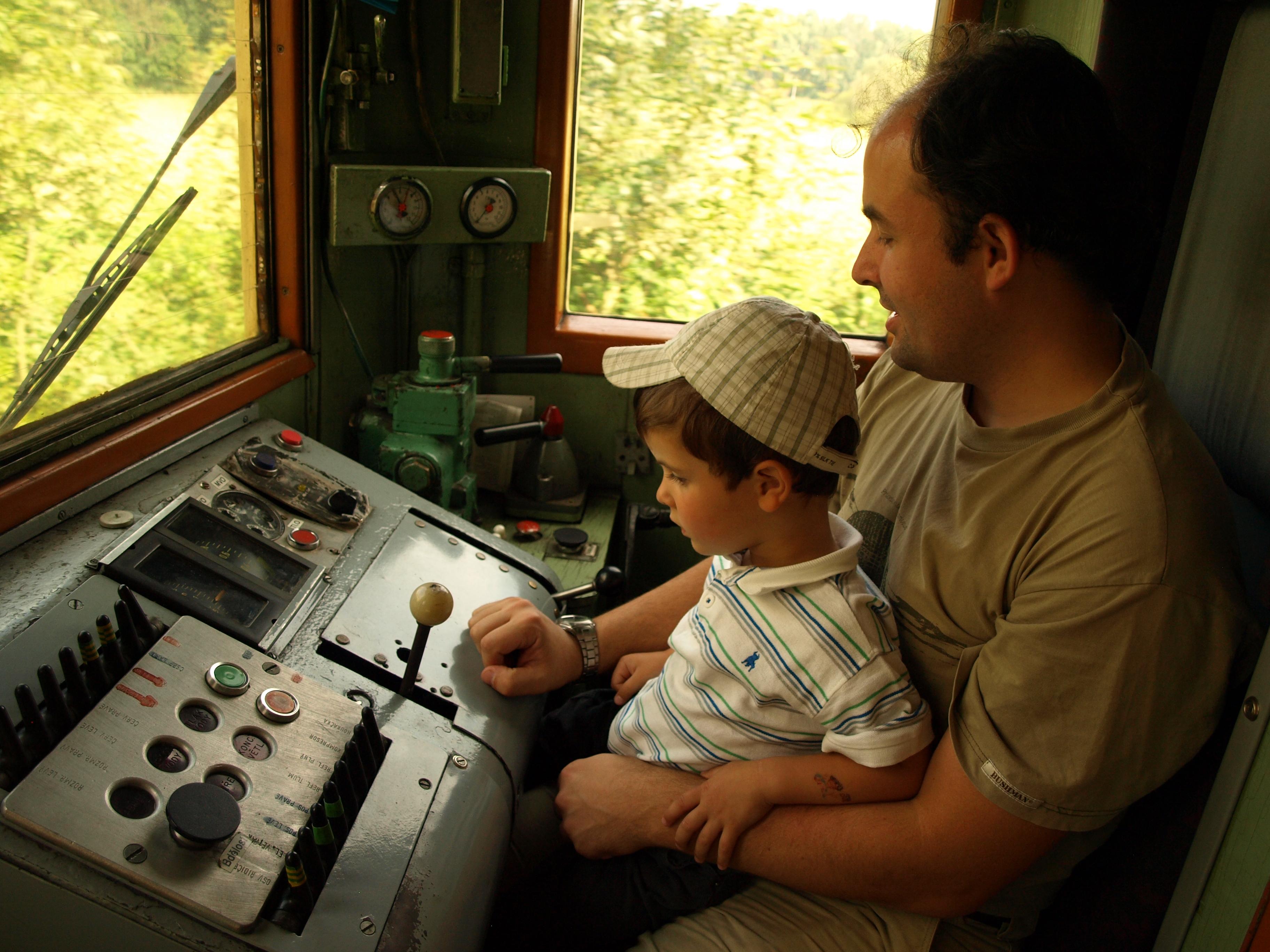 Vlak dává lidem práci